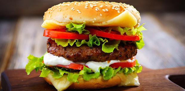 Từ lầm tưởng đã hamburger lại còn nhân bò, cùng tìm hiểu nguồn gốc của món ăn nhanh bị ẩm thực đường phố Việt Nam đánh bầm dập - Ảnh 1.