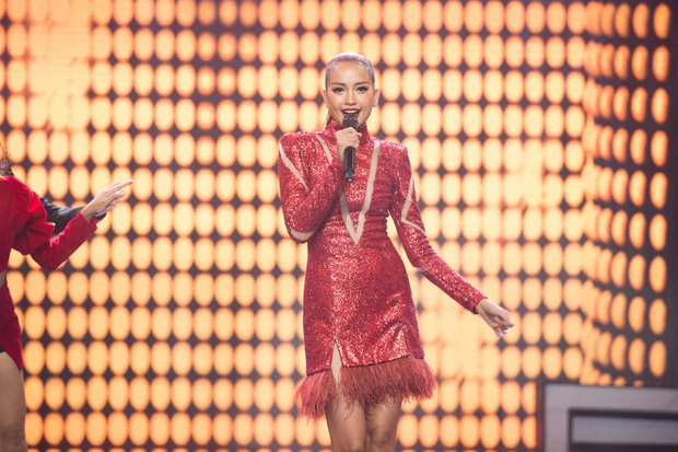 Hoa hậu Ngọc Châu là chân dài tiếp theo bị netizen chê khi cầm mic khoe giọng trên truyền hình - Ảnh 1.