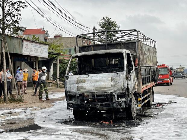 Xe tải chở bật lửa bất ngờ bốc cháy ngùn ngụt, tài xế nhảy khỏi cabin thoát thân - Ảnh 2.
