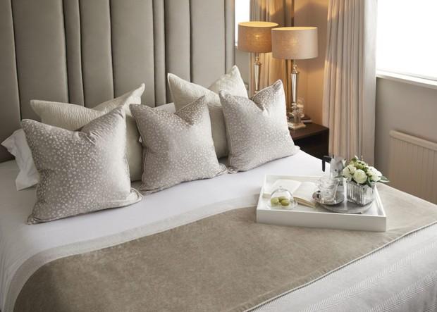 Vì sao giường khách sạn luôn đặt nhiều gối dù chỉ 1 người nằm? Có thể mọi người đều đã bỏ qua công dụng tuyệt vời của chúng - Ảnh 1.