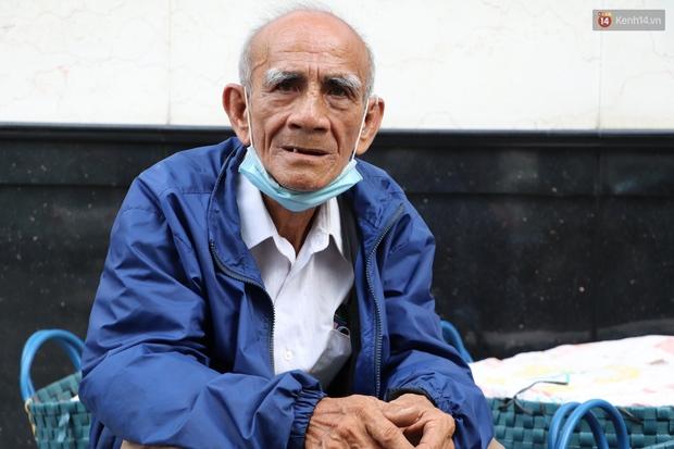 Đằng sau bức ảnh cụ ông bên đống trái cây ế là tấm lòng thơm thảo của người Sài Gòn: Ở đây người ta thương tui dữ lắm - Ảnh 2.