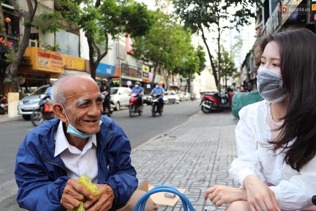 Đằng sau bức ảnh cụ ông bên đống trái cây ế là tấm lòng thơm thảo của người Sài Gòn: Ở đây người ta thương tui dữ lắm - Ảnh 6.