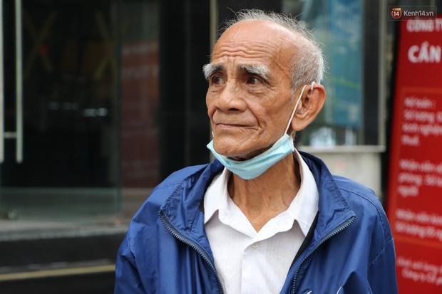 Đằng sau bức ảnh cụ ông bên đống trái cây ế là tấm lòng thơm thảo của người Sài Gòn: Ở đây người ta thương tui dữ lắm - Ảnh 4.