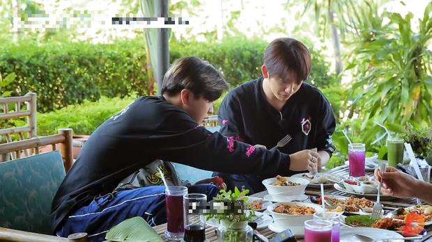Ăn đồ nước ngoài không hợp miệng, nam idol GOT7 tự cứu mình bằng một loại gia vị đặc biệt của quê nhà - Ảnh 5.
