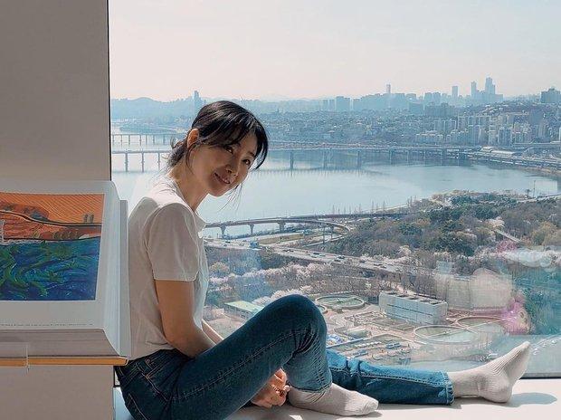 Choi Ji Woo khoe nhan sắc hack tuổi kinh ngạc, thế nhưng netizen chỉ dán mắt vào view sông Hàn đẳng cấp phía sau cô - Ảnh 3.
