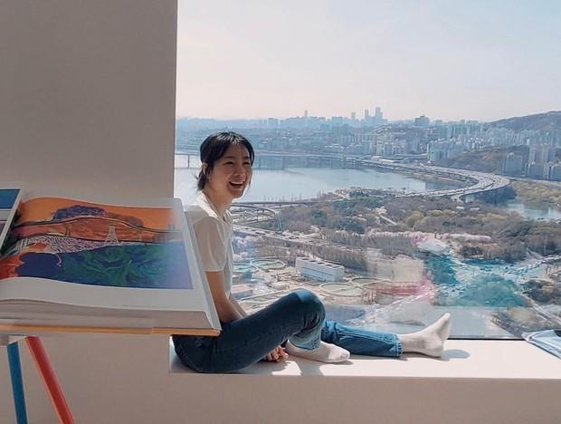 Choi Ji Woo khoe nhan sắc hack tuổi kinh ngạc, thế nhưng netizen chỉ dán mắt vào view sông Hàn đẳng cấp phía sau cô - Ảnh 4.