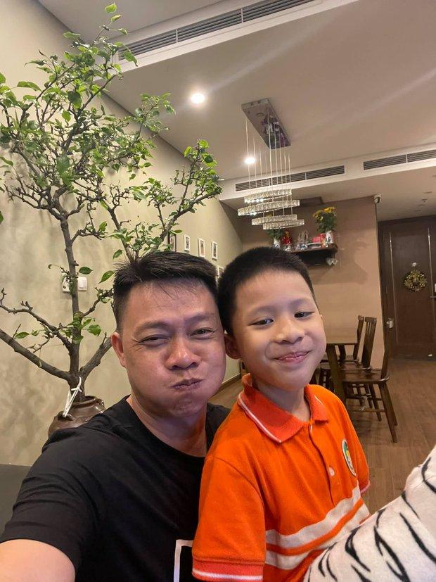 Con trai út nhà BTV Quang Minh mới lớp 1 đã được cô giáo giao vị trí quan trọng, bố nghe xong toát mồ hôi hột vì áp lực giùm - Ảnh 1.