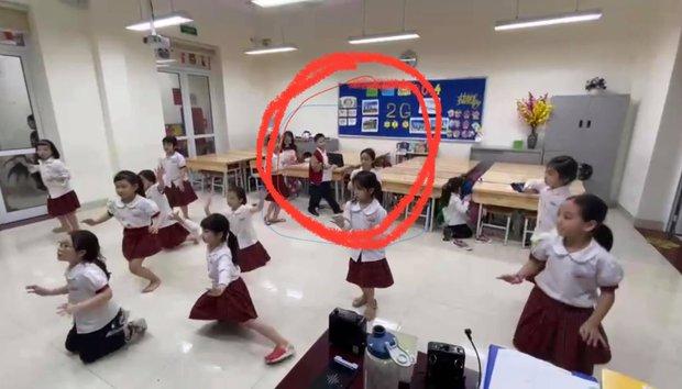 Con trai út nhà BTV Quang Minh mới lớp 1 đã được cô giáo giao vị trí này, nhưng bố nghe xong toát mồ hôi hột vì áp lực giùm - Ảnh 2.