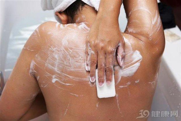 Bất kể nam nữ, cố gắng tránh làm 4 điều sau khi đi tắm thì bạn có thể sống lâu và khỏe mạnh hơn - Ảnh 3.