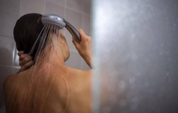 Bất kể nam nữ, cố gắng tránh làm 4 điều sau khi đi tắm thì bạn có thể sống lâu và khỏe mạnh hơn - Ảnh 2.