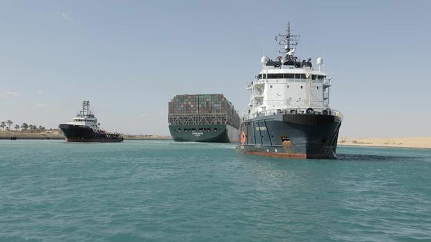 Vụ giải cứu siêu tàu mắc kẹt ở kênh đào Suez tốn tới 1 tỷ USD  - Ảnh 1.
