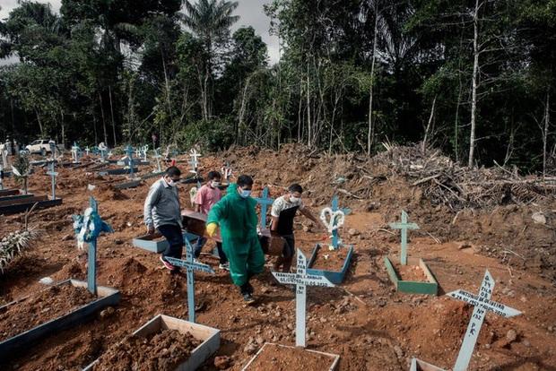 Số người chết vì COVID-19 tăng cao, Brazil khủng hoảng nhà lạnh - Ảnh 1.