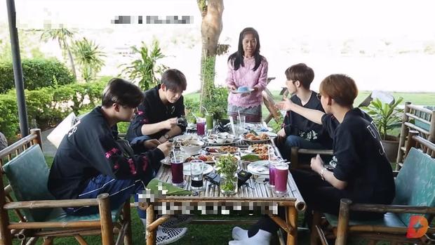 Ăn đồ nước ngoài không hợp miệng, nam idol GOT7 tự cứu mình bằng một loại gia vị đặc biệt của quê nhà - Ảnh 1.