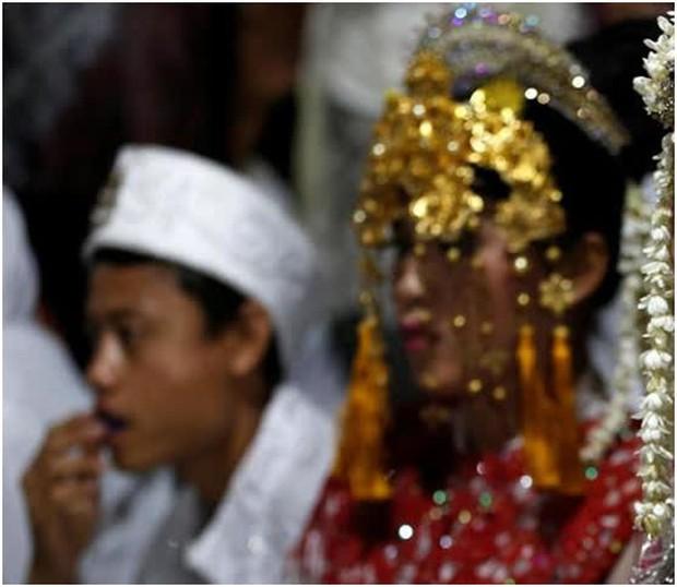 Suýt lên nhầm kiệu hoa, may vẫn lấy được chồng như ý: Đoàn rước dâu đến nhầm nhà vợ người khác, chú rể vẫn hồn nhiên trao lễ vật cho cô dâu - Ảnh 1.