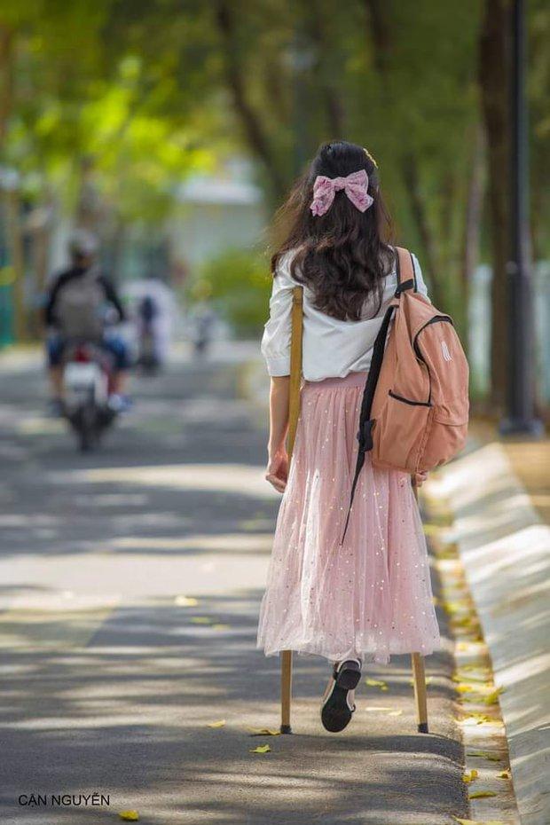 Khoảnh khắc cực đẹp trên MXH: Nữ sinh ĐH Tôn Đức Thắng 15 năm đến trường bằng đôi nạng gỗ - Ảnh 1.