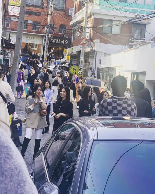 Lâu lắm rồi mới thấy Song Hye Kyo ngoài đời: Từ xa đã xinh đẹp ngất ngây, ống kính team qua đường không dìm nổi nhan sắc - Ảnh 3.