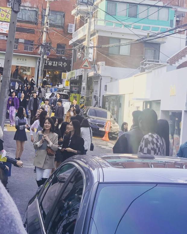 Lâu lắm rồi mới thấy Song Hye Kyo ngoài đời: Từ xa đã xinh đẹp ngất ngây, ống kính team qua đường không dìm nổi nhan sắc - Ảnh 4.
