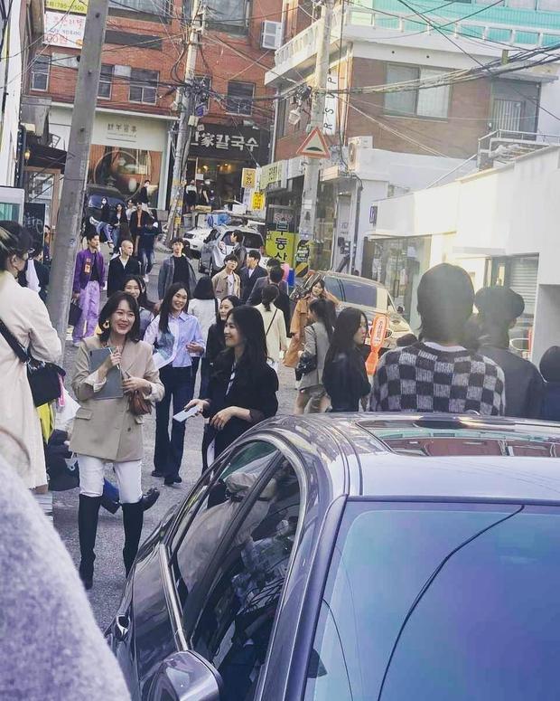 Lâu lắm rồi mới thấy Song Hye Kyo ngoài đời: Từ xa đã xinh đẹp ngất ngây, ống kính team qua đường không dìm nổi nhan sắc - Ảnh 5.