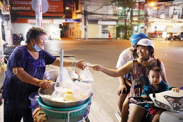 3 câu chuyện nhỏ xíu xứ Tây Đô: Từ tiếng rao sữa đậu nành của chú Vũ, gánh xôi của dì Sáu đến nụ cười 2.000 đồng giữa lòng thành phố - Ảnh 7.