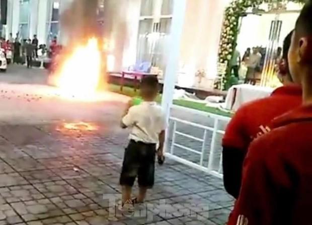 Khách chạy tán loạn khi xe máy trong nhà hàng tiệc cưới bốc cháy - Ảnh 1.
