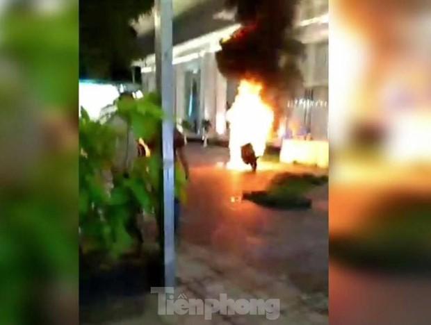 Khách chạy tán loạn khi xe máy trong nhà hàng tiệc cưới bốc cháy - Ảnh 2.