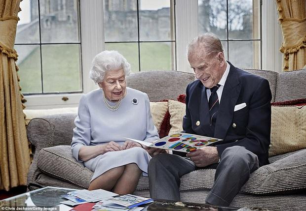 Những ngày cuối đời của Hoàng tế Philip bên cạnh Nữ hoàng Anh với một loạt hành động khác lạ so với ngày thường - Ảnh 1.