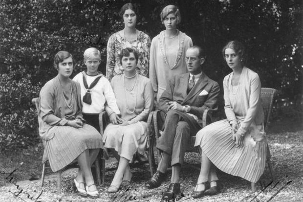 Tuổi thơ cơ cực của Hoàng tế Philip: Mẹ nằm viện tâm thần, chị gái bị tai nạn máy bay tử vong, từ hoàng tử lưu vong trở thành phu quân Nữ hoàng Anh - Ảnh 2.