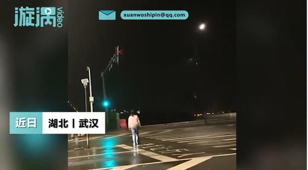 Đêm khuya thanh vắng được hành khách boa sộp, tài xế taxi bỗng có dự cảm lạ nên đi theo, chẳng ngờ chứng kiến cảnh tượng gây sốc - Ảnh 2.