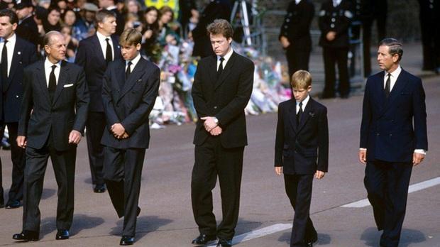 Bức ảnh được dân mạng lan truyền rộng rãi cho thấy tình cảm đặc biệt của Hoàng tế Philip với Hoàng tử William và Harry, một cử chỉ nói lên tất cả - Ảnh 2.