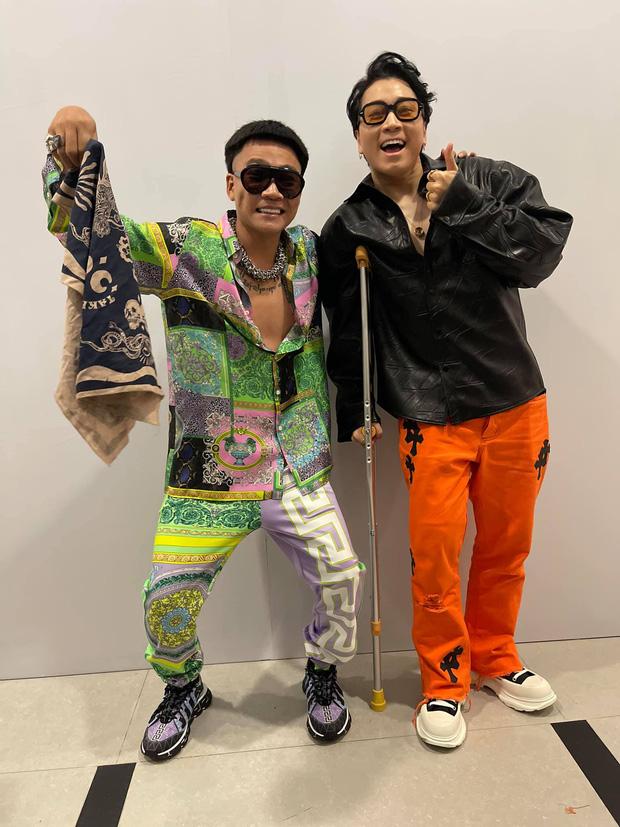 Karik chống nạng tạo dáng cực ngầu cùng Wowy tại hậu trường concert Rap Việt, dân tình phấn khích gọi đôi bạn cùng tiến - Ảnh 1.