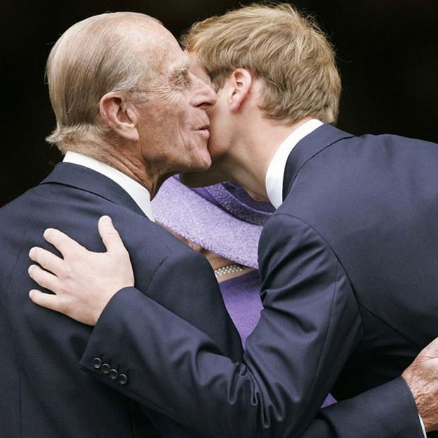 Bức ảnh được dân mạng lan truyền rộng rãi cho thấy tình cảm đặc biệt của Hoàng tế Philip với Hoàng tử William và Harry, một cử chỉ nói lên tất cả - Ảnh 5.