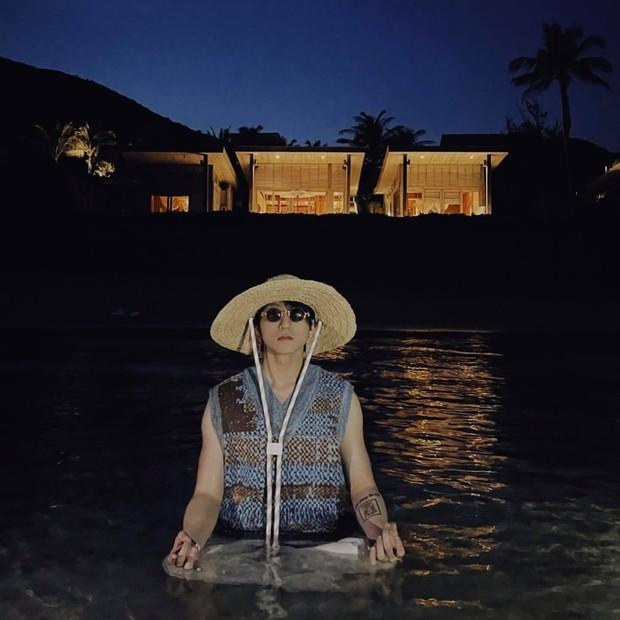 """Sơn Tùng vừa """"ngồi thiền"""" ở hồ bơi của resort 90 triệu/đêm? - Ảnh 2."""