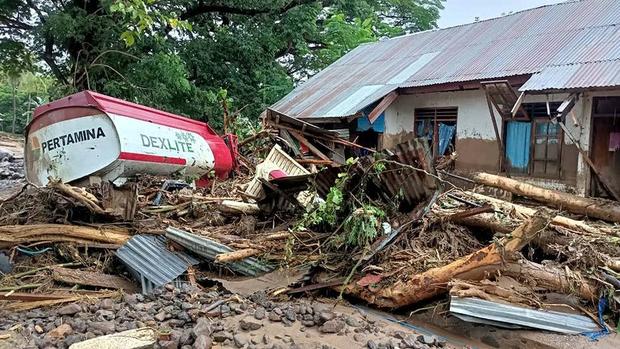Cảnh hoang tàn sau siêu bão Seroja tại Indonesia: Hàng ngàn người đau đớn vì mất nhà mất người thân, chỉ biết cầu nguyện trong đêm tối - Ảnh 11.