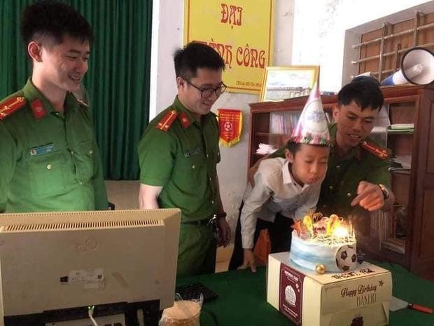 Đi xin cấp CCCD đúng 0h ngày sinh nhật 14 tuổi, thiếu niên được tổ công tác tặng món quà không bao giờ quên - Ảnh 1.