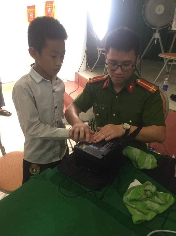 Đi xin cấp CCCD đúng 0h ngày sinh nhật 14 tuổi, thiếu niên được tổ công tác tặng món quà không bao giờ quên - Ảnh 2.