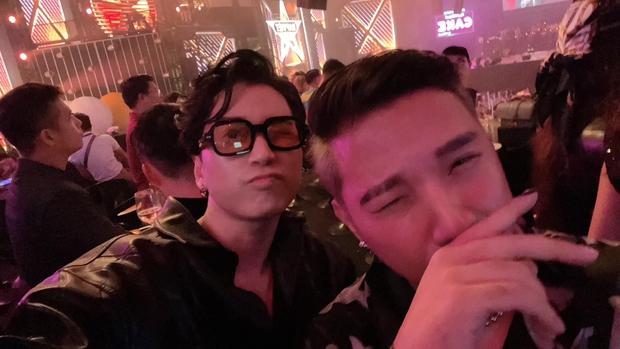 Clip Karik lộ rõ vẻ đau đớn khi được dìu xuống dưới khán đài Rap Việt Concert, xót xa nụ cười gượng trong tiếng fan cổ vũ - Ảnh 4.