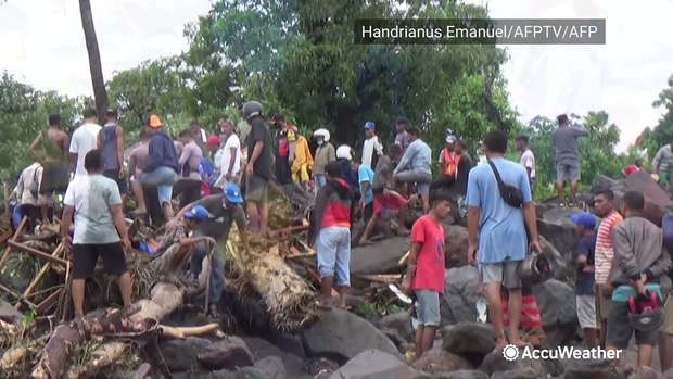 Cảnh hoang tàn sau siêu bão Seroja tại Indonesia: Hàng ngàn người đau đớn vì mất nhà mất người thân, chỉ biết cầu nguyện trong đêm tối - Ảnh 8.