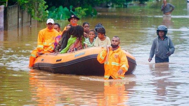 Cảnh hoang tàn sau siêu bão Seroja tại Indonesia: Hàng ngàn người đau đớn vì mất nhà mất người thân, chỉ biết cầu nguyện trong đêm tối - Ảnh 13.