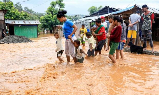Cảnh hoang tàn sau siêu bão Seroja tại Indonesia: Hàng ngàn người đau đớn vì mất nhà mất người thân, chỉ biết cầu nguyện trong đêm tối - Ảnh 7.