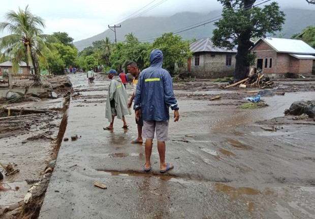 Cảnh hoang tàn sau siêu bão Seroja tại Indonesia: Hàng ngàn người đau đớn vì mất nhà mất người thân, chỉ biết cầu nguyện trong đêm tối - Ảnh 14.