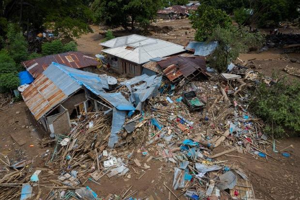 Cảnh hoang tàn sau siêu bão Seroja tại Indonesia: Hàng ngàn người đau đớn vì mất nhà mất người thân, chỉ biết cầu nguyện trong đêm tối - Ảnh 9.
