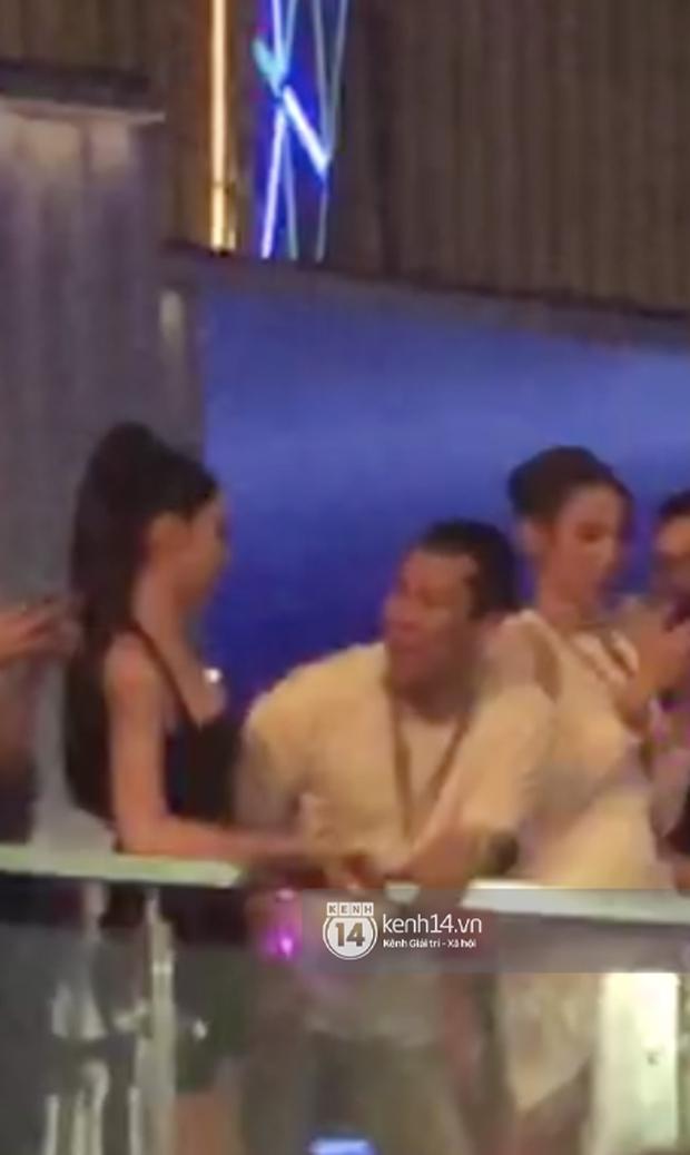 Bắt trọn clip đại gia Đức Huy ôm hôn tình trẻ Cẩm Đan giữa show Rap Việt, như này tính là công khai chưa? - Ảnh 3.