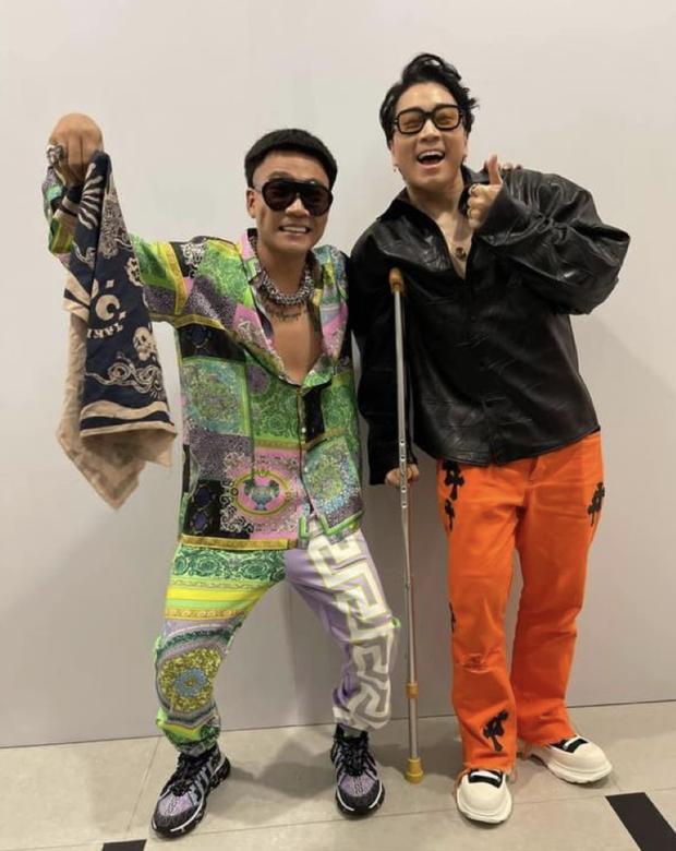Clip Karik lộ rõ vẻ đau đớn khi được dìu xuống dưới khán đài Rap Việt Concert, xót xa nụ cười gượng trong tiếng fan cổ vũ - Ảnh 3.