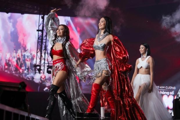 Hoa hậu Tiểu Vy cùng siêu mẫu Minh Tú on stage xuất hiện như nữ thần, biến sân khấu Rap Việt thành sàn diễn catwalk - Ảnh 3.