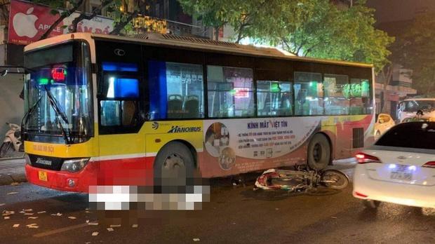 Hà Nội: Xe buýt va chạm với xe máy, nam thanh niên tử vong - Ảnh 1.