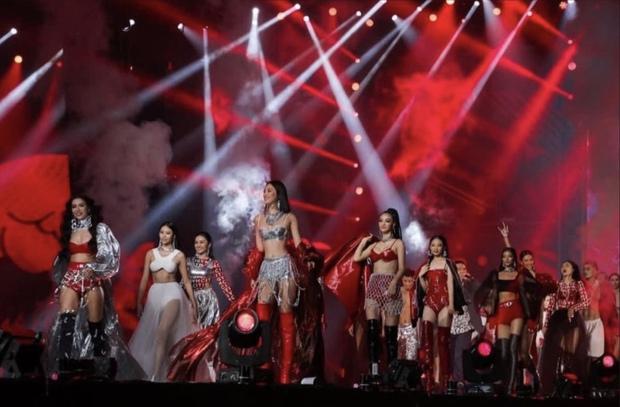 Hoa hậu Tiểu Vy cùng siêu mẫu Minh Tú on stage xuất hiện như nữ thần, biến sân khấu Rap Việt thành sàn diễn catwalk - Ảnh 4.