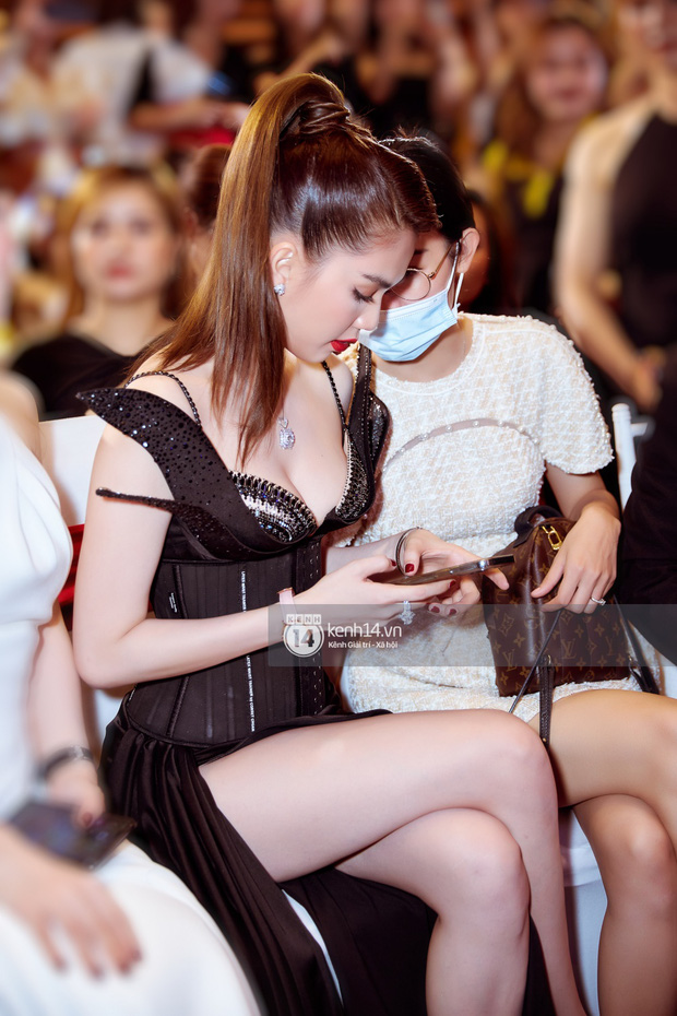 """Ngọc Trinh lần đầu tái xuất sự kiện: Váy trễ khoe vòng 1 nhìn toát mồ hôi, được """"bù"""" đồng hồ hiệu sau vụ trộm BST 15 tỷ - Ảnh 9."""