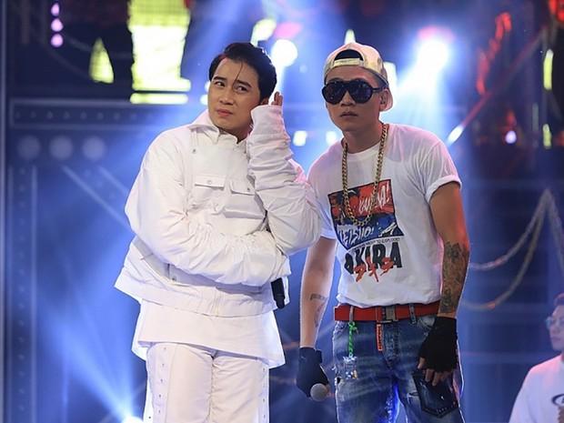 Karik chống nạng tạo dáng cực ngầu cùng Wowy tại hậu trường concert Rap Việt, dân tình phấn khích gọi đôi bạn cùng tiến - Ảnh 3.