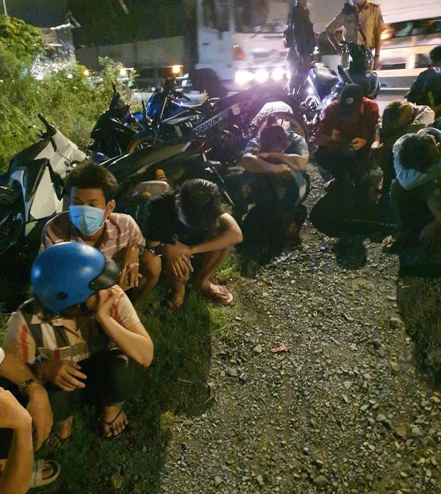 Hàng trăm quái xế tháo chạy khi bị vây bắt, nhiều thanh niên lao xe xuống kênh bỏ trốn - Ảnh 1.