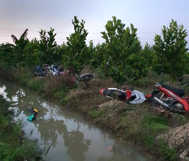Hàng trăm quái xế tháo chạy khi bị vây bắt, nhiều thanh niên lao xe xuống kênh bỏ trốn - Ảnh 2.